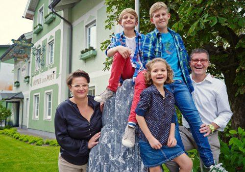 Familie beim Stein